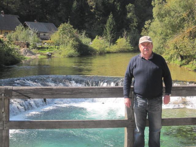 Hans auf derBrücke vor dem herrlichen Pool