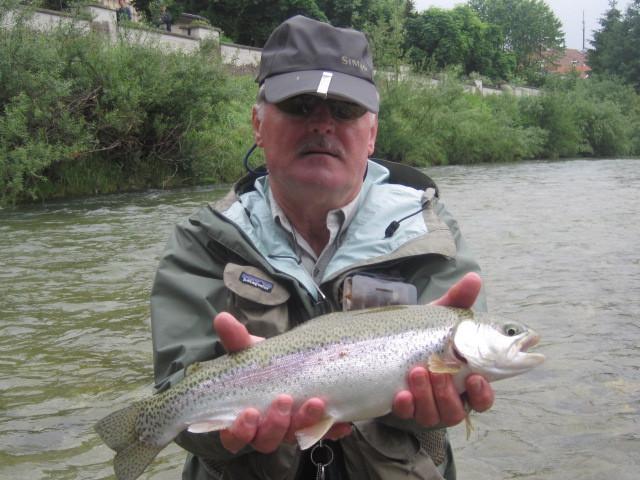 Karl mit kampfstarker Regenbogenforelle