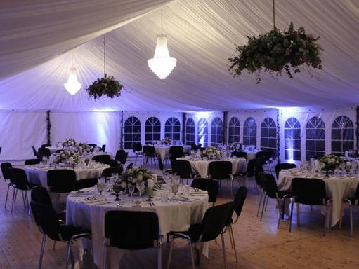 Hochzeitszelt mit Banketttischen und Bankettstühle