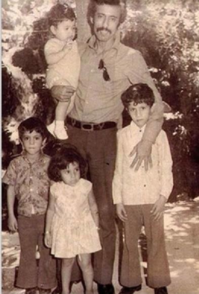 BEYROUTH début des années 1970.  g. à dte. MOHAMED, AMNA, RASHID, AHMAD DANS LES BRAS DE KHALAF.