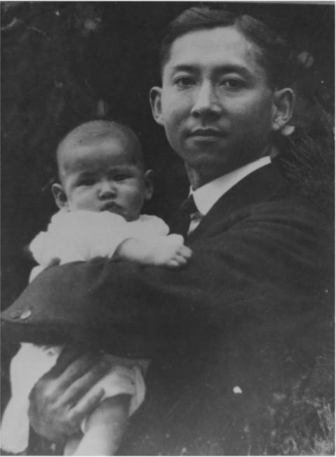 Le futur Roi BHUMIBOL dans les bras de son Père le Prince MAHIDOL, prince de SONGKLA  médecin, décédé à 37 ans le 24 Sept. 1928 à Bangkok;
