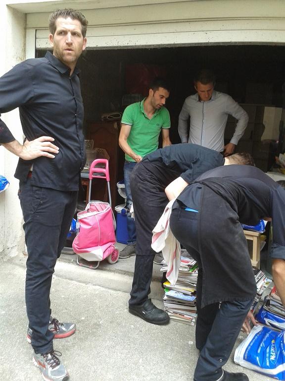 A L'INITIATIVE d'ERIC LOMBARDI, Alexandre MAZZIA et SA BRIGADE MOBILE sont venus au secours de la vieille voisine du 17 pour vider son capharnaüm et une tonne de revues.