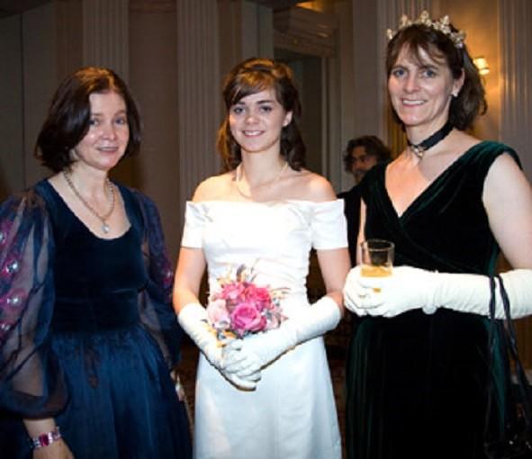 29 Déc. 2008 New-York Waldorf Astoria. 54e Bal international  des Débutantes Pélagie 18 ans entre sa tante Lady Charlotte Drummond of Megginch et sa maman Amélie de Mac-Mahon  4e Duchesse de Magenta (dte)