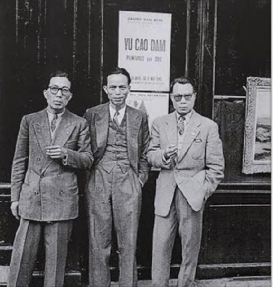 1946. PARIS. DEVANT LA GALERIE VAN RIEK : g. à dte. MAI THU, VU CAO DAM, LE PHO