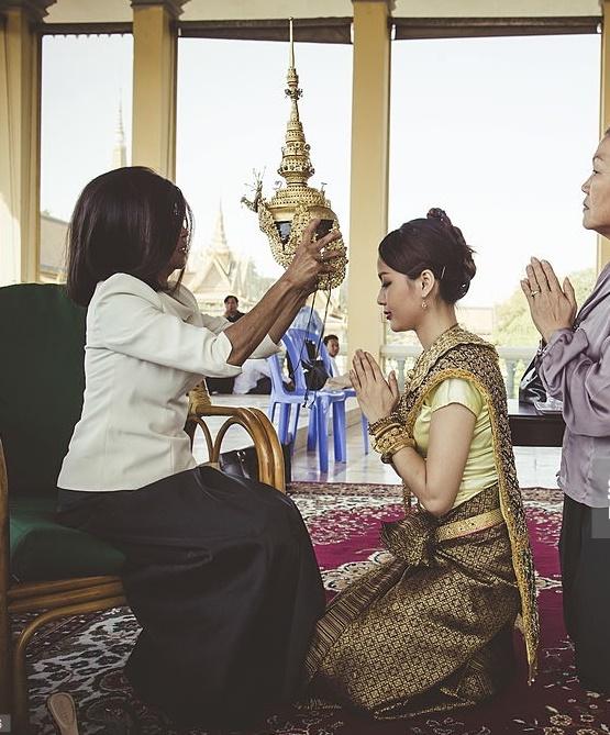 S.A.R la Princesse BUPPHA DEVI  prépare une danseuse.