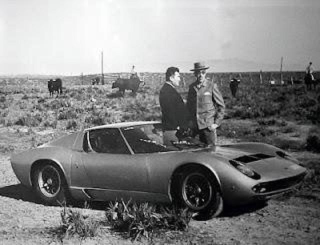"à dte. DON EDUARDO II MIURA FERNANDEZ et FERRUCCIO LAMBORGHINI AVEC LA ""MIURA"" P400S 1969."