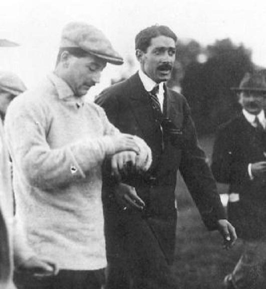 VENDREDI 6 SEPT. 1912. Préparation  du VOL avec le BLERIOT XI-80 .   A dte Emile DUBONNET (1883+1950), à g. Roland GARROS. (1888+1918), béret et polo clair.