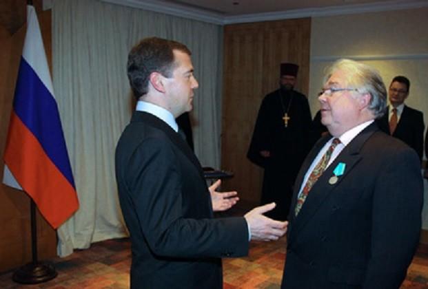 2008. BRUXELLES, HÔTEL HILTON. LE PRESIDENT MEDVEDEV DECORE SACHA. POUCHKINE, DE L'ORDRE POUCHKINE, UNE DISTINCTION DESTINEE AUX PERSONNES MERITANTES DANS LE DOMAINE CULTUREL.Avec nos vifs remerciements à l'Ambassade de la Fédération de Russie à Bruxelles