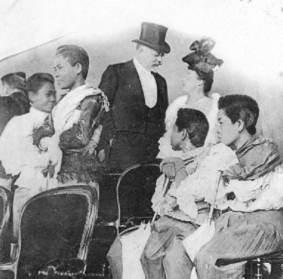 NANCY. SAMEDI 7 JUILLET, LES PRINCESSES SUIVAIENT LA REVUE MILITAIRE DANS  LA TRIBUNE OFFICIELLE. ON NOTE LES CHEVEUX à la garçonne, : 20 ANS D'AVANCE SUR LES PARISIENNES DE 1925 .....!!!