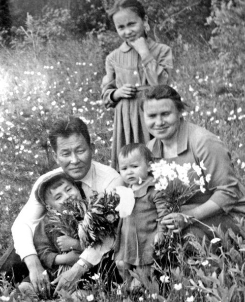 LA FAMILLE SHOYGU. g. à dte : LE PAPA KHUZUGET avec LE JEUNE SERGUEÏ, LA PETITE DERNIERE IRINA et LA MAMAN ALEXANDRA, debout L'AÎNEE LARISA.   C* Archives personnelles