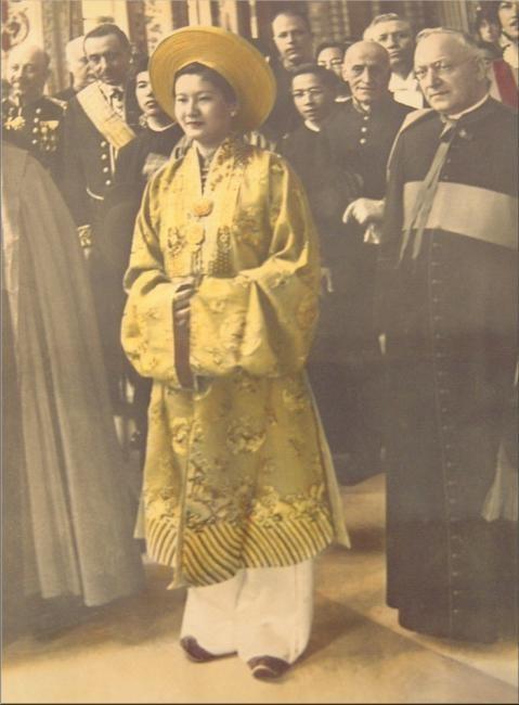 21 JUILLET 1939 ROME. SA MAJESTE L'IMPERATRICE NAM PHUONG ACCUEILLIE AU VATICAN. L'IMPERATRICE AVAIT REVÊTUE LA TENUE NATIONALE JAUNE AU LIEU DU BLANC REQUIS POUR LES REINES OCCIDENTALES.   Archives La Sera