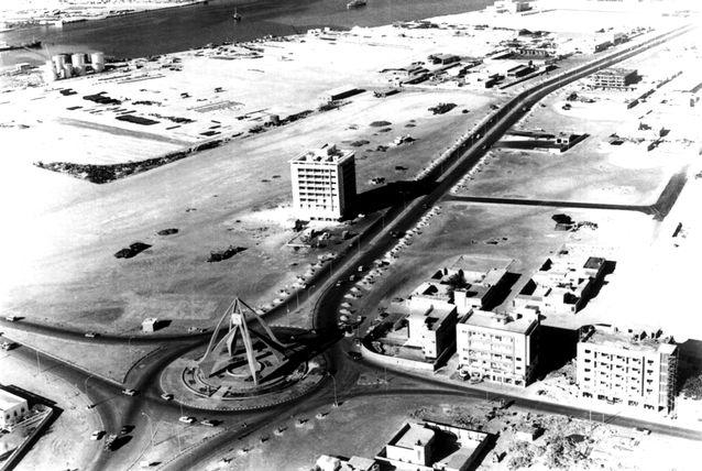 1979. CLOCK TOWER SUR LA ROUTE DE L'AEROPORT