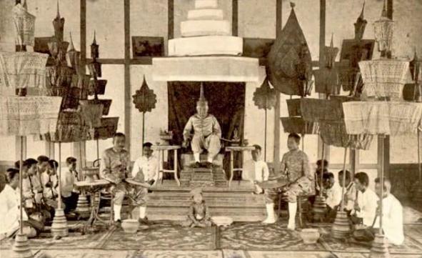 S. M. OUNKHAM ROI DE LUANG PRABANG 1872/1889 (1811-1895). LORS DU SAC DE SA CAPITALE EN 1887 PAR LES PAVILLONS NOIRS LE ROI FUT SAUVE PAR LE CONSUL DE FRANCE, AUGUSTE PAVIE. RECONNAISSANT IL CONFIA SON ROYAUME A LA PROTECTION DE LA FRANCE.