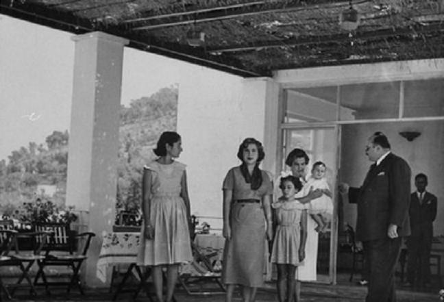 ROME 1952. g. à dte. LA PCESSE FAWZIA, LA REINE NARRIMAN, LA PCESSE FADIA, LE ROI FOUAD II DANS LES BRAS DE SA NURSE et LE ROI FAROUK.