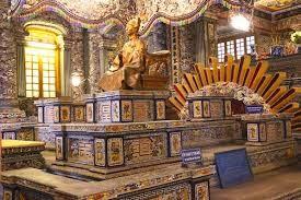 Le 12è empereur KHAI DINH. Statue grandeur nature en bronze doré, fondu à Marseille. Il fallut relever de 30% les impôts et 11 années (1920-1931) pour financer tout cela. Très impopulaire. L'empereur était mort avant sa finition.