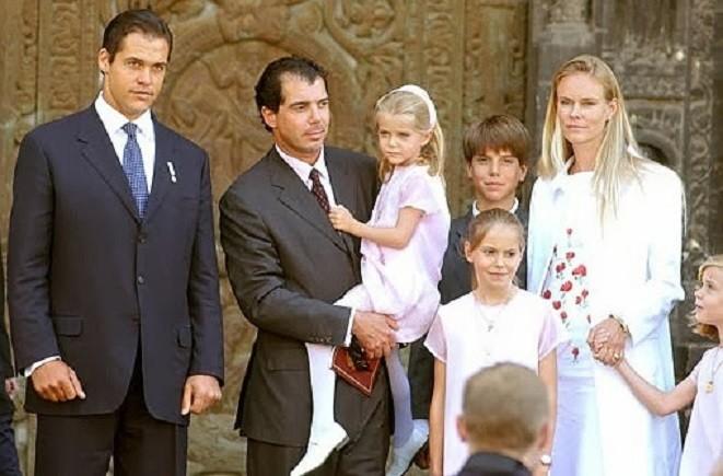 8 JUIN 2004. BASILIQUE DE SAINT-DENIS. LA FAMILLE DU PRINCE CHARLES-EMMANUEL AU GRAND COMPLET ASSISTE à L'INHUMATION DU COEUR DU ROI ENFANT LOUIS XVII. MOMENT D'EMOTION INTENSE. A GAUCHE MONSEIGNEUR LOUIS XX.