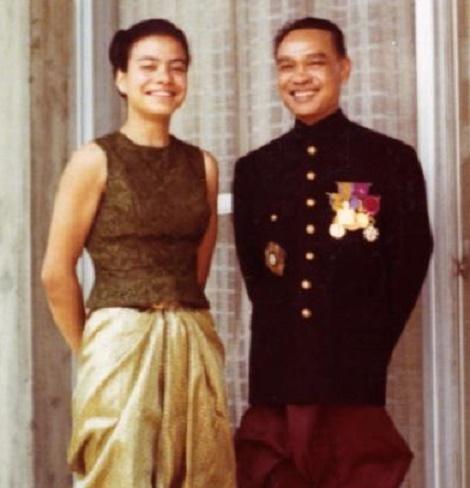 1960. TOKYO. LA PRINCESSE LINDA SISOWATH et LE PRINCE SIRIK MATAK APRES UNE AUDIENCE AU PALAIS IMPERIAL
