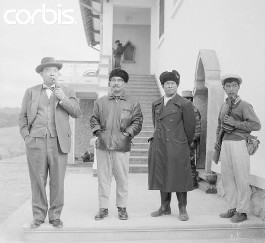 VILLA KHANG KHAY 11 JANVIER. 1963. De g. à dte : PRINCE PREMIER MINISTRE SOUVANNA PHOUMA, PRINCE SOUPHANOUVONG, GENERAL SINGKAPO, COMMANDANT EN CHEF DE L'ARMEE DU PATHET-LAO. C* PHOTO BETTMAN / CORBIS.