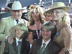 KEITH et MARILYN ASSMUSSEN. Dubai World Cup 2008. Encadrant la femme de Steve et ses 3 fils.