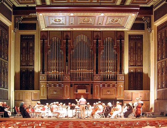 ROYAL OMAN SYMPHONY ORCHESTRA créé en 1985 sous l'impulsion de Sa Majesté. Que des musiciens arabes.