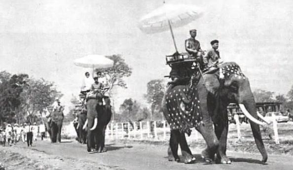 L'ORDRE DU MILLION D'ELEPHANTS ET DU PARASOL BLANC FUT FONDE EN 1909 PAR S.M. SISAVANG VONG. PROCLAME ROI LE 28 AVRIL 1904, COURONNE LE 5 MARS 1905, SON ROYAUME COUVRE 240.000 Km2 BORDES PAR CINQ FLEUVES.