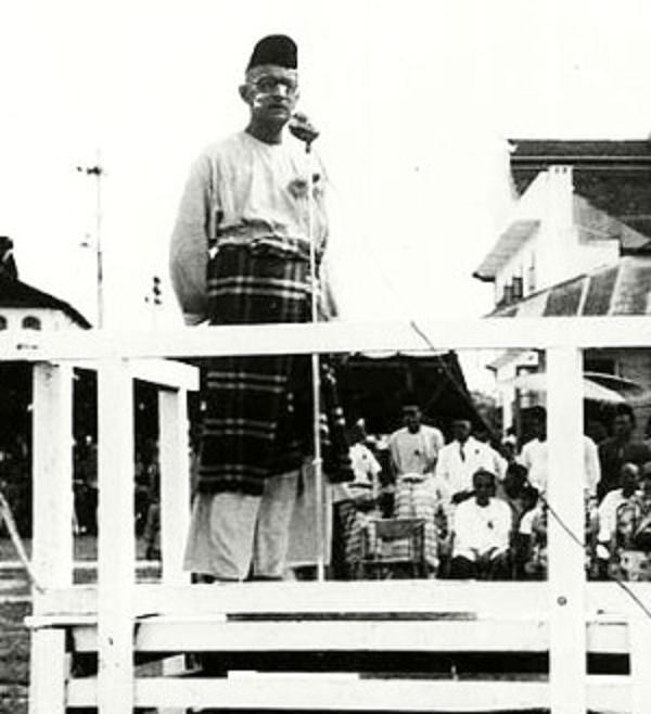 "VERS 1947/1948   DATO ONN JAAFAR S""ADRESSAIT  à L'UMNO....."
