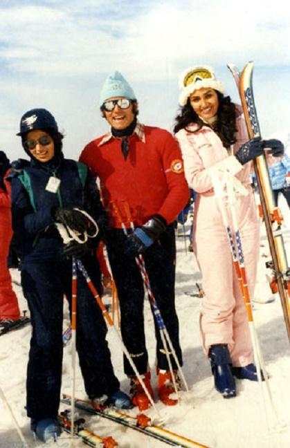 1978. Les filles du ROI KHALED AUX SPORTS D'HIVER avec JOËL  leur moniteur et guide de montagne. A dte PRINCESSE MOUDI