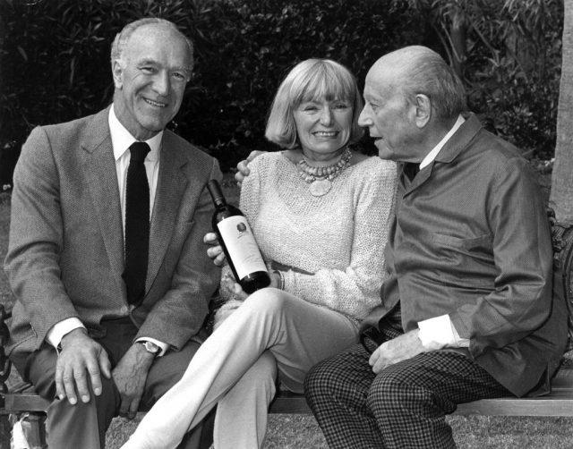 1980. g.à dte. ROBERT MONDAVI 1913+2008, avec MARGRIT SON EPOUSE 1925+ 2016 et PHILIPPE DE ROTHSCHILD 1902+1988