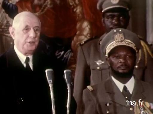 11 FEVRIER 1969. GARE DE BRY SUR MARNE. LE GENERAL DE GAULLE  ACCUEILLE LE PRESIDENT DE LA REPUBLIQUE CENTRAFRICAINE BOKASSA QUI N'ARRÊTAIT PAS DE L'APPELER PAPA.