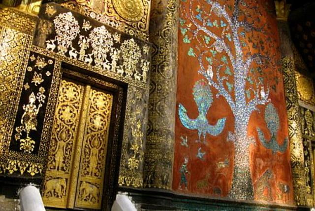 """L'Arbre de Vie, ou l'Arbre de l'Illumination, en mosaïque de verre colorée, raconte les mésaventures du roi des animaux, le """"rassassi"""", mi-éléphant, mi-lion."""