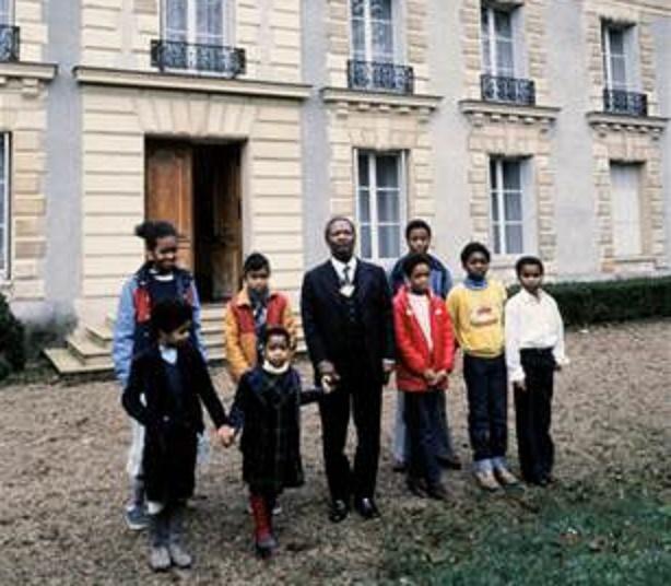 1984. HARDRICOURT AVEC QUELQUES UNS DES 55 ENFANTS ISSUS DE 14 FEMMES.