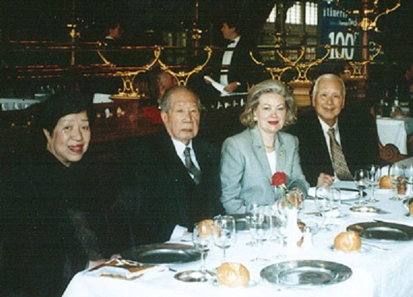 1995. PARIS.. SA MAJESTE BAO DAI ET LA PRINCESSE VINH THUY avec leurs cousins UNG THI, parents de la Princesse CONG TANG TÔN NU THI NGA Présidente de IMPERIAL HOLDINGS INTERNATIONAL.
