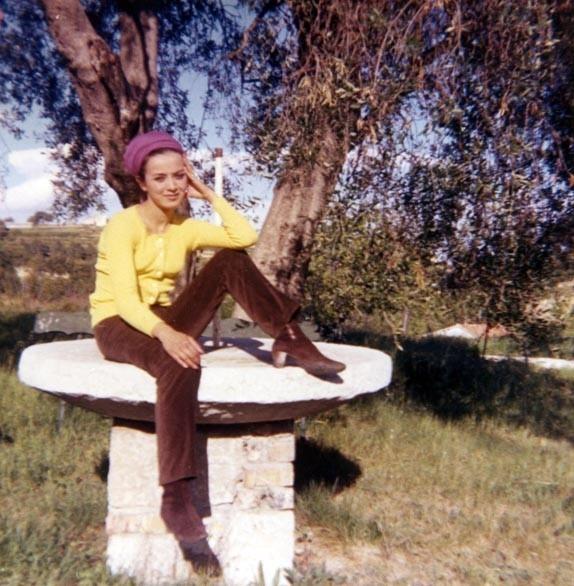 YANNICK VU JAKOBER, 2 ANS APRES (MAI 1966) SUR LA MÊME TABLE RONDE DANS LE JARDIN DE LEOUVE, ENTRE SAINT-PAUL ET CAGNES où VECURENT, UN TEMPS, SES PARENTS ET où SON COUSIN DANIEL WEISNE TOURNA LE PRECEDENT FILM, L'ETE 1964.