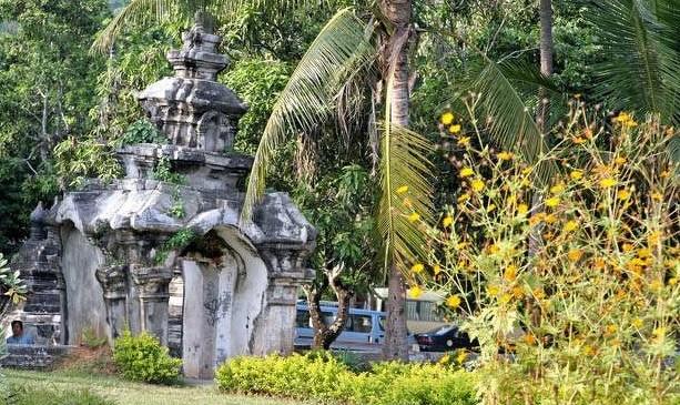 L'antique portail en pierre qui sépare symboliquement les 2 temples Wat Aham et Wat Visoun.
