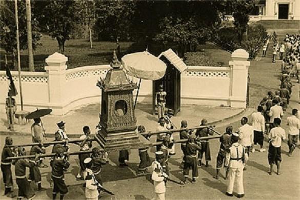 Vers 1953. Le PRA BANG rentre au PALAIS