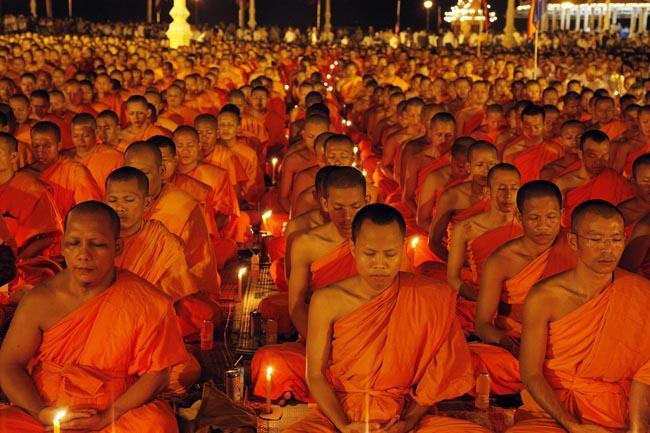20 Octobre  2012. 10.000 BONZES EN PRIERES DEVANT LE PALAIS ROYAL