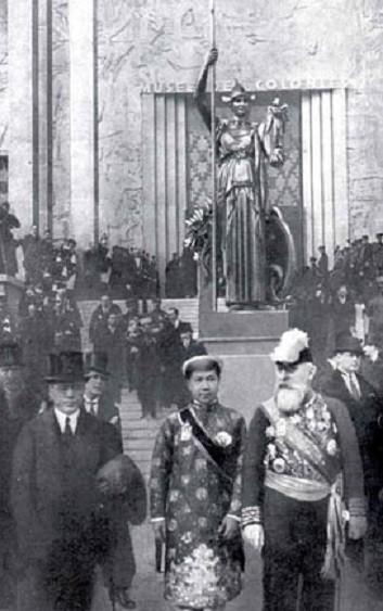 6 MAI 1931.  SA MAJESTE L' EMPEREUR BAO DAI d'ANNAM ET LE GOUVERNEUR GENERAL PASQUIER (à droite) DEVANT LA STATUE REALISEE PAR LEON-ERNEST DRIVIER (1878-1951).