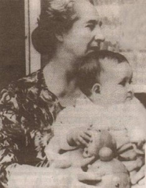 EUGENIA AVEC SA GRAND-MERE MARA-MALEEVA, DECEDEE EN 1971 D'UN CANCER.