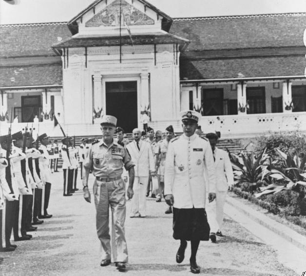 1953. LUANG PRABANG PALAIS ROYAL.LE GENERAL SALAN ET LE PRINCE HERITIER SRI VATTHANA SAVANG