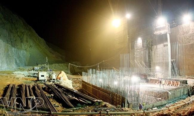 CENTRALE DE LAI CHÄU (13 MAI 2013, LIVRAISON PREVUE 2017). LE CHANTIER NE S'ARRÊTE PAS LA NUIT. FAIT LES 3/8........ ... 1.200 MW,  4,67 MILLIARDS kWh/AN, RESERVE 1,215 MILLIARDS DE M3 D'EAU  AVES NOS REMERCIEMENTS à VNP