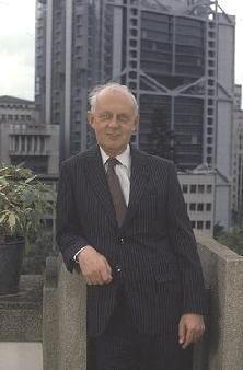 Devant le siège à Central, immeuble le plus cher jamais construit à cette époque, par Norman Foster.