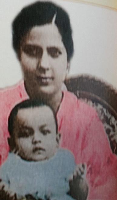 Tuanku JAAFAR dans les bras de  Maman CIK MAIMUNAH
