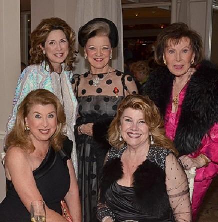 g. à dte. Barbara WOLF et Judy McLAREN (assises) Ann VAN NESS, Isabelle  PAUL, Alyce ERICKSON (debout)