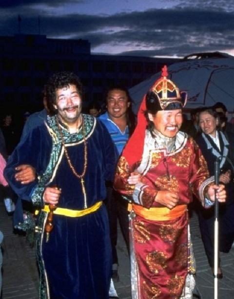 gauche PAUL PENA - GENGIS BLUES - avec KONGAR-OOL ONDAR ........(29  mars 1962 - 25 juil. 2013 Kyzyl) L'AMBASSADEUR DU KÔÔMEI