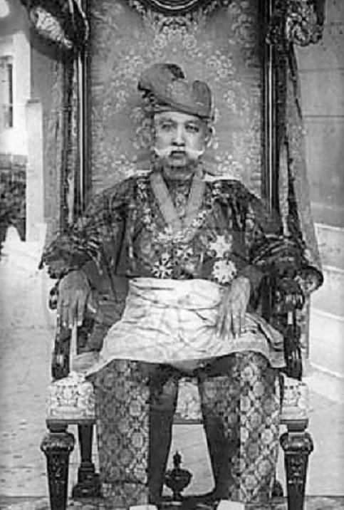 1932. TUANKU MUHAMMAD porte l''Ordre Royal de Victoria et l'Ordre de St Michael & St. George