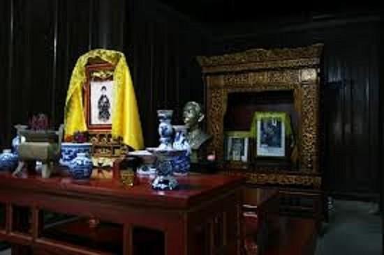 AUTEL DE L'EMPEREUR DUY TÂN,  dans le temple LONG AN, à droite de l'autel de ses grands-parents DUC DUC