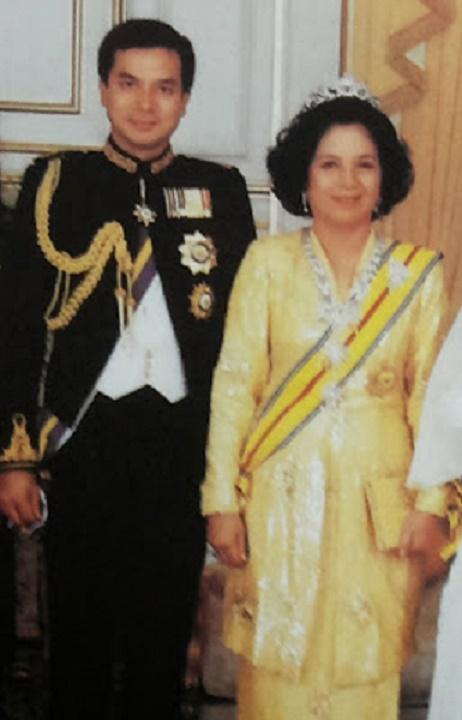 LE PRINCE, ENCORE ETUDIANT et SA MAMAN TUANKU BAINUN ,  Ière ROTURIERE à ËTRE INSTALLEE REINE DE MALAISIE (1989-1994)