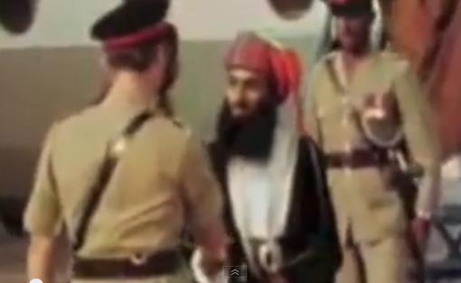 JUILLET 1970. Après la déposition de son Père le 23 Juillet 1970, le nouveau Sultan Qaboos rejoint sans tarder Mascate où il est salué dès sa descente d'avion par les Forces britanniques du Protectorat.