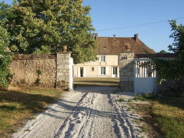 Le Château de Boussey au milieu de 19 ha de parc, bois, prairies. Ses origines remontent au 11è s.
