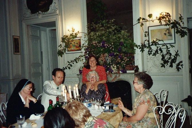 1992. PINTERVILLE  (EURE). De g.à dte. SOEUR THERESITA, COMTE HUGUES DE BONARDI, LES SAK'S de NEW-YORK, JOANNE COYLE DAUPHIN  REPRESENTANT LA BIBLIOTHEQUE DE YALE et PROFESSEUR à SCIENCES PO.